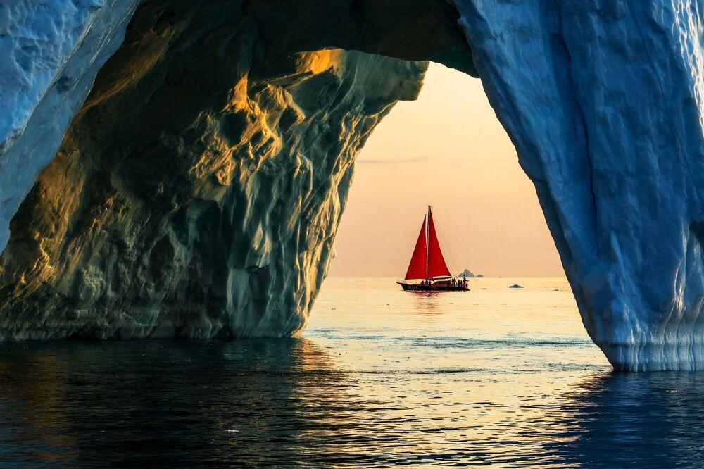Jachta Petr první, která proplouvá kolem ledovce ve vodách ostrova Grónsko v rámci expedice ruské společnosti Rusark