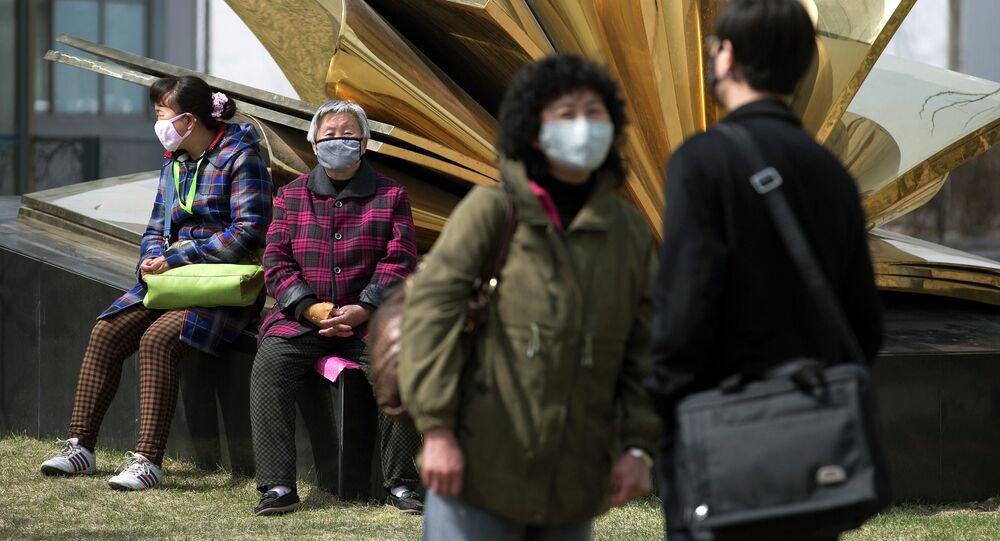 Obyvatelé Pekingu v maskách