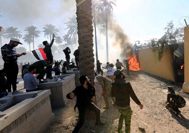 Demonstranti zapálili vchod do amerického velvyslanectví v Bagdádu