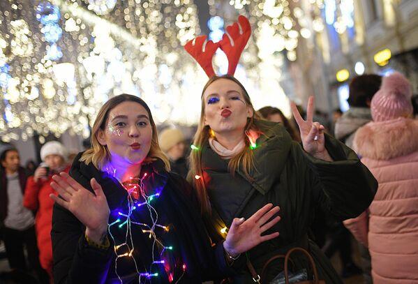 Dívky oslavují příchod Nového roku na Nikolské ulici v Moskvě - Sputnik Česká republika