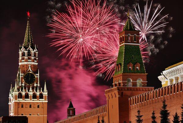 Novoroční ohňostroj nad Rudým náměstím v Moskvě - Sputnik Česká republika