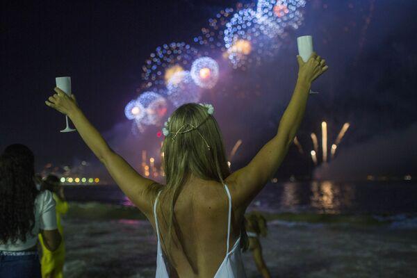 Dívka během silvestrovské oslavy na pláži v Riu de Janeiru - Sputnik Česká republika