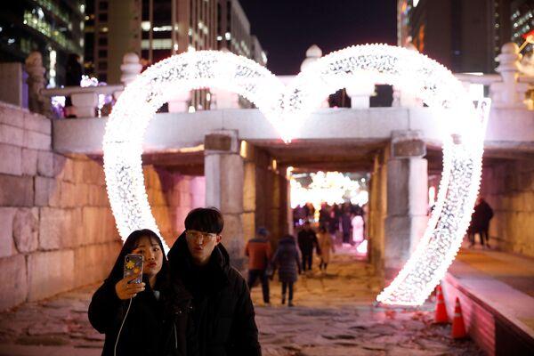 Pár při fotografování v předvečer Nového roku v Soulu, Jižní Korea - Sputnik Česká republika