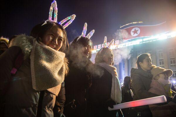 Dívky sledují zahájení ohňostrojů během silvestrovských oslav v KLDR - Sputnik Česká republika