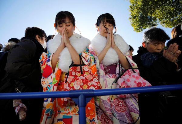 Dívky během modlitby v první den nového roku v Tokiu - Sputnik Česká republika