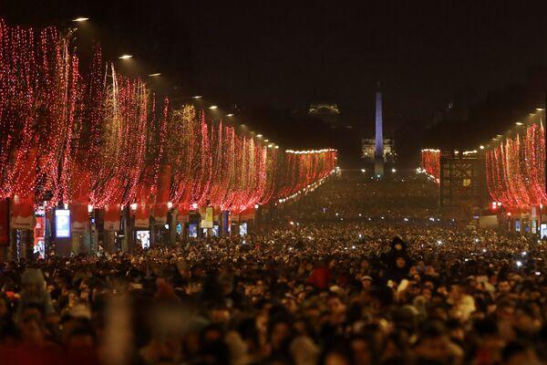 Obyvatelé během oslav Nového roku v Paříži - Sputnik Česká republika