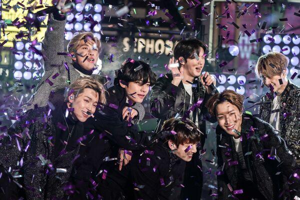 Jihokorejská kapela během vystoupení na Times Square v New Yorku - Sputnik Česká republika
