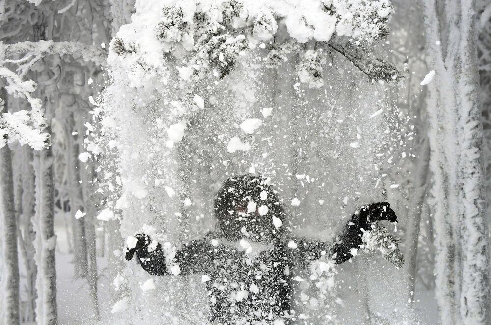 Žena v zasněženém lese na břehu řeky Jenisej