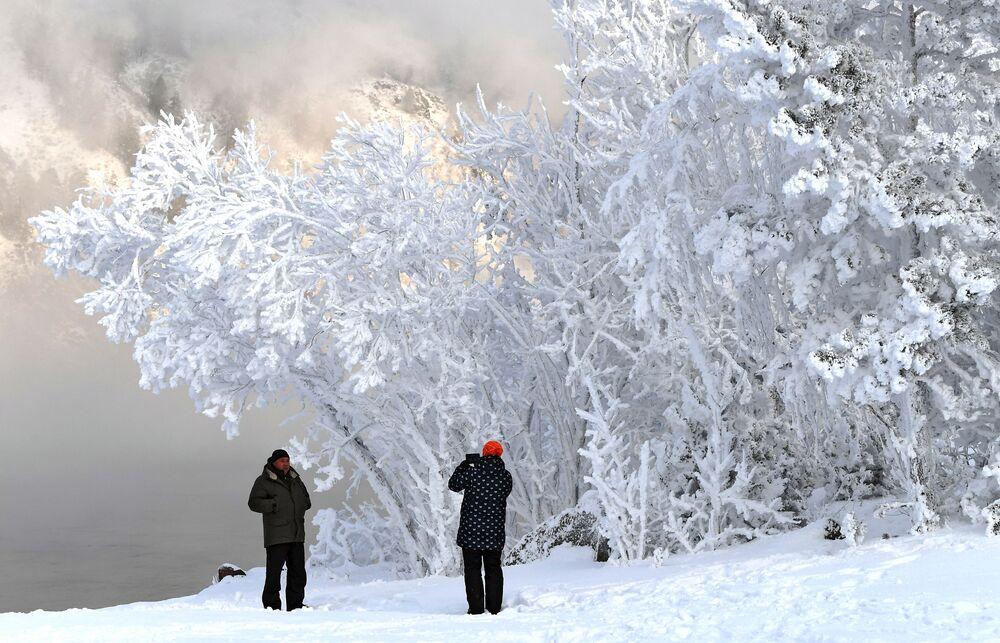 Lidé se fotí na břehu Jeniseje