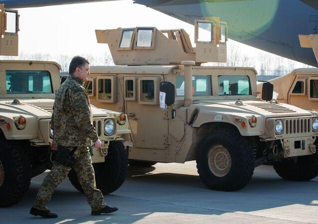 Ukrajinský prezident u amerických vojenských automobilů HMMWV (Humvee)