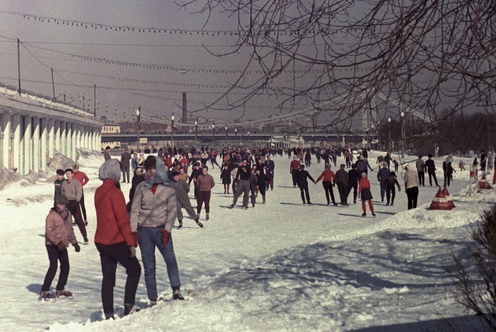 Na kluzišti v Ústředním parku kultury a odpočinku Gorkého v Moskvě