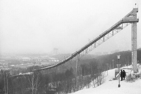 Skokanský můstek na Leninských horách (dnes Vrabčí hory) - Sputnik Česká republika