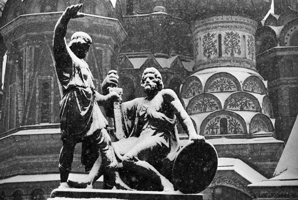 Památník Minina a Požarského na Rudém náměstí v Moskvě
