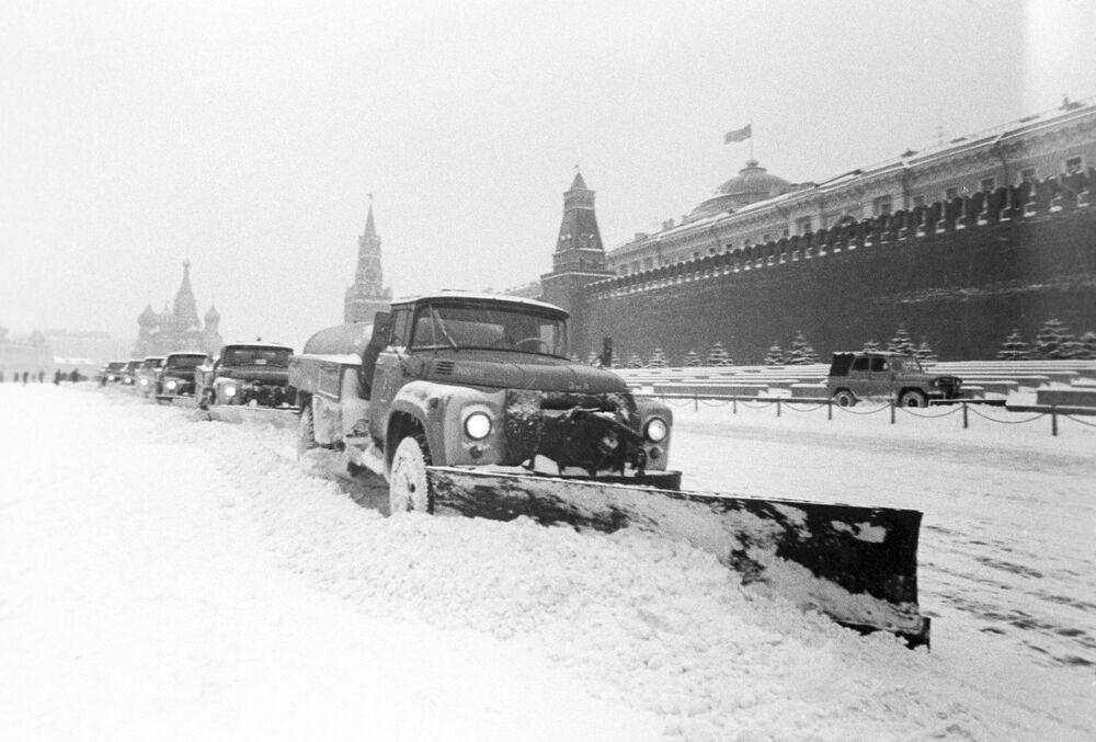 Úklid zasněžených ulic v Moskvě