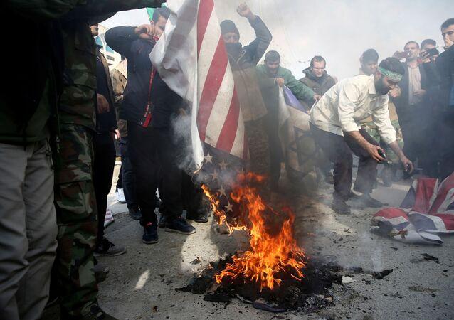 Íránci pálí americké a britské vlajky