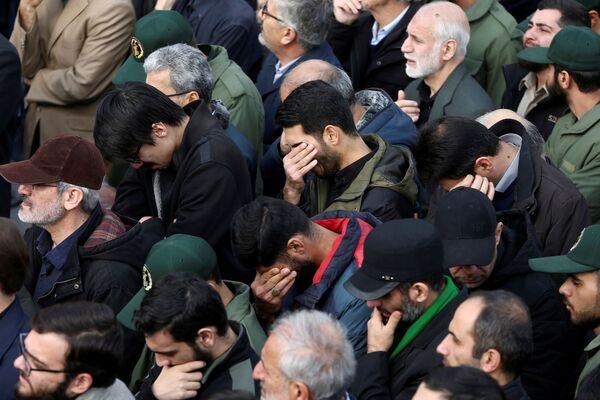 Táhněte, USA. V Íránu se po atentátu na generála Kásima Sulejmáního sešly tisíce lidí - Sputnik Česká republika