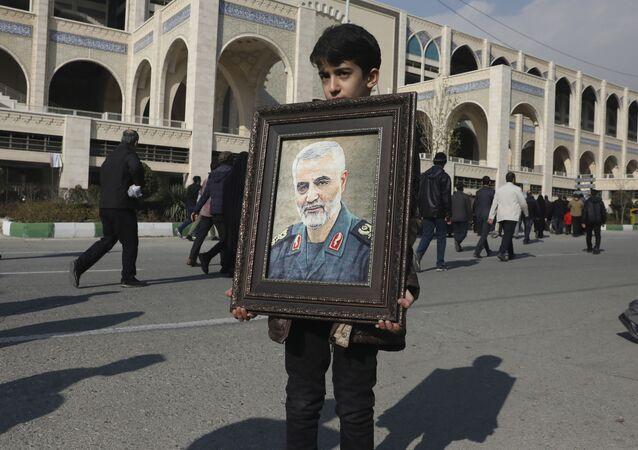Chlapec v Teheránu drží portrét likvidaci íránského generála Kásima Sulejmáního, který byl zabit americkým náletem 3. ledna 2020