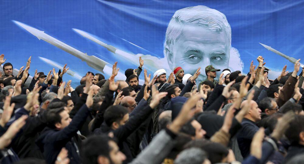 Protiamerická demonstrace v Iráku. V pozadí je portrét zavražděného íránského generála Kásima Sulejmáního (4. 1. 2020)