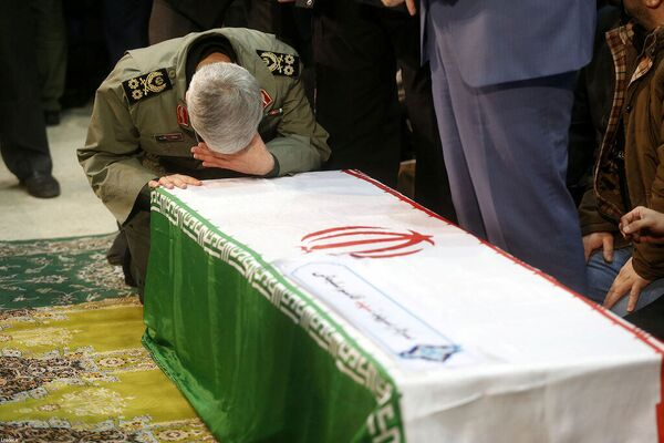 Stovky tisíc lidí se v Teheránu zúčastnily smutečního průvodu, aby se rozloučily s generálem Kásimem Sulejmáním - Sputnik Česká republika