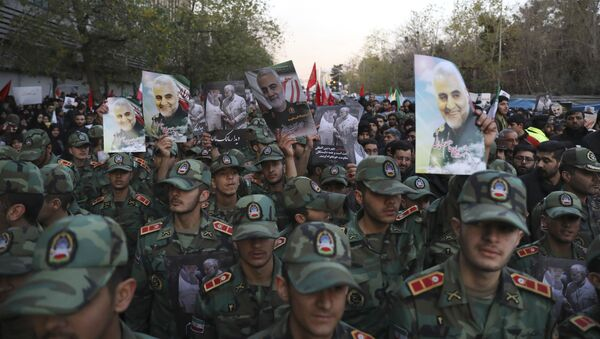 Íránští kadeti během smutečního průvodu v Teheránu, který doprovázel pohřeb íránského generála Kuds Kásima Suljmáního - Sputnik Česká republika