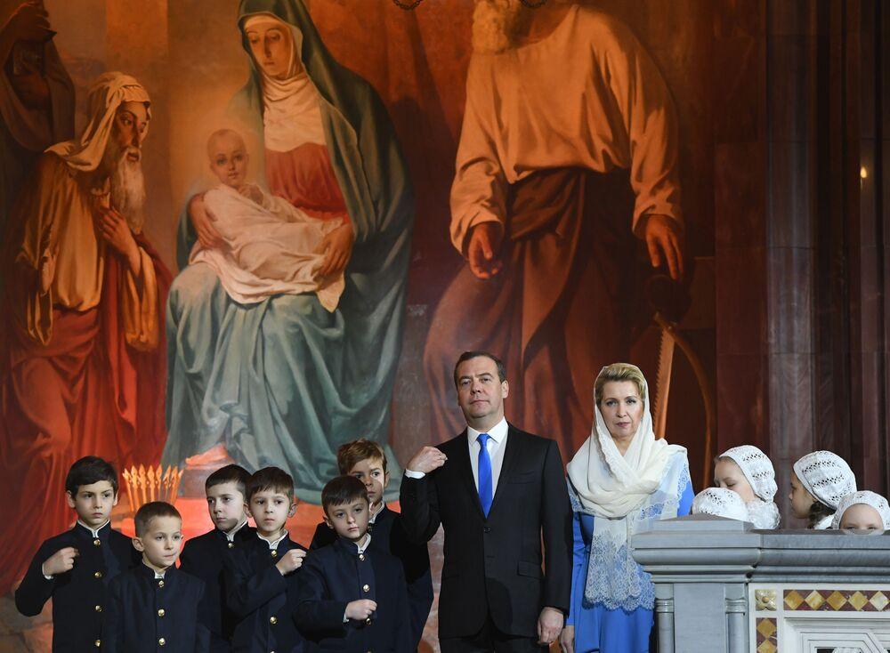 Ruský premiér Dmitrij Medveděv s manželkou Světlanou Medveděvovou během vánoční bohoslužby v katedrále Krista Spasitele v Moskvě