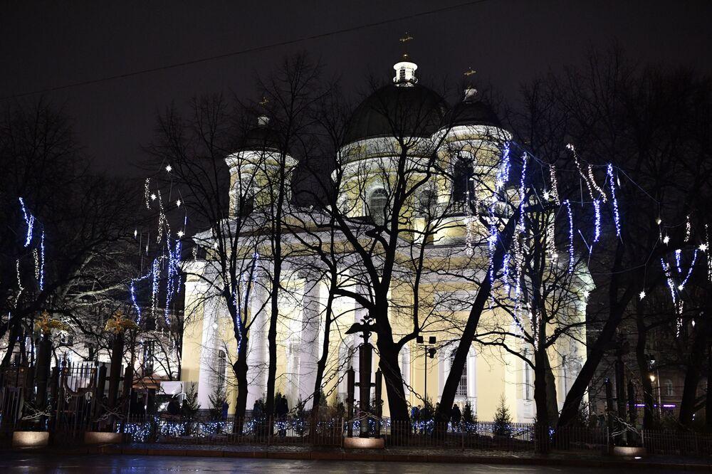 Spaso-preobraženská katedrála v předvečer pravoslavných Vánoc v Petrohradě
