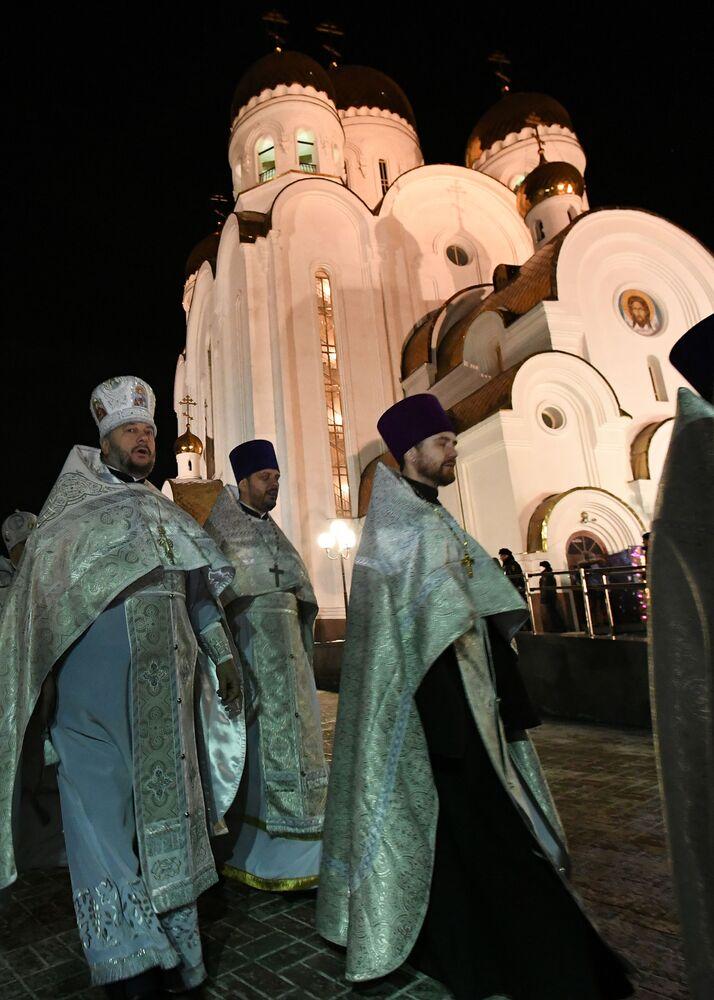 Kněží se účastní průvodu na Štědrý den o pravoslavných Vánocích v Krasnojarsku