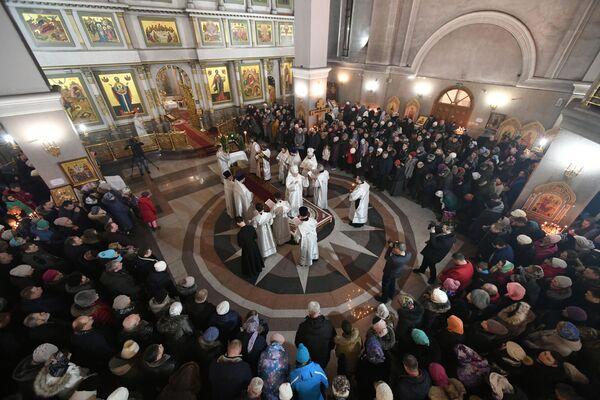 Věřící a duchovní během vánoční bohoslužby v Kristově chrámu v Krasnojarsku - Sputnik Česká republika