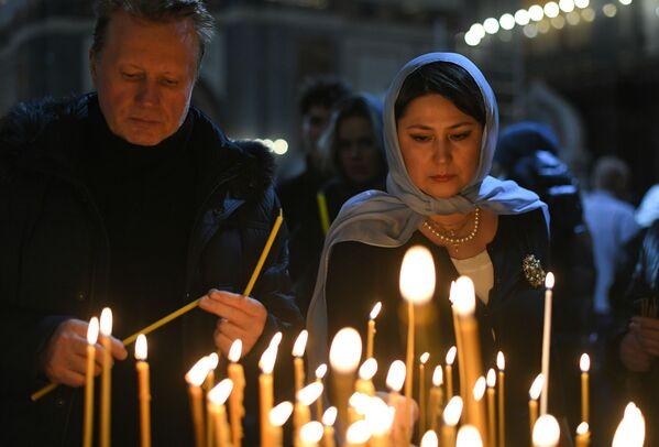 Lidé během vánoční bohoslužby v katedrále Krista Spasitele v Moskvě - Sputnik Česká republika