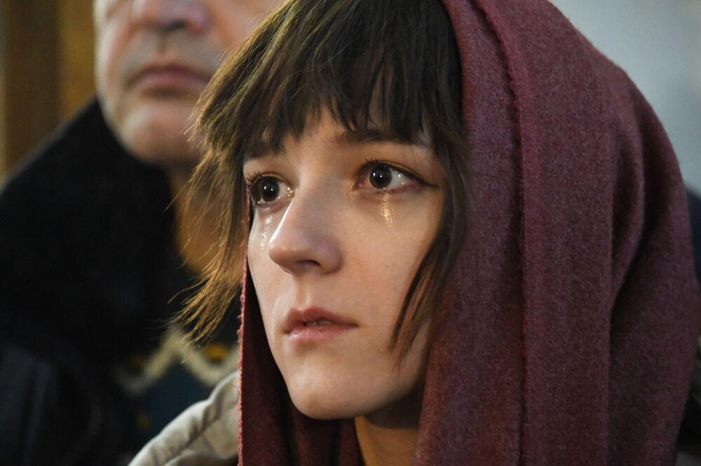 Žena během vánoční bohoslužby v Čitě
