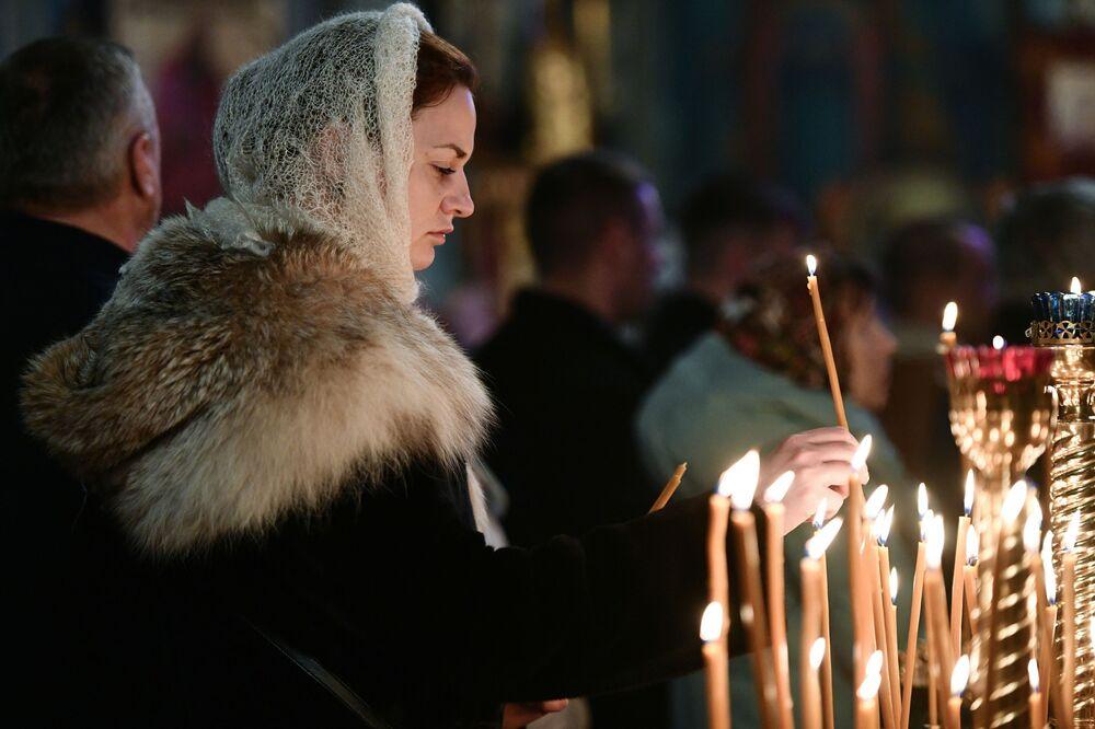 Věřící během vánoční bohoslužby v jedné katedrále v Simferopolu