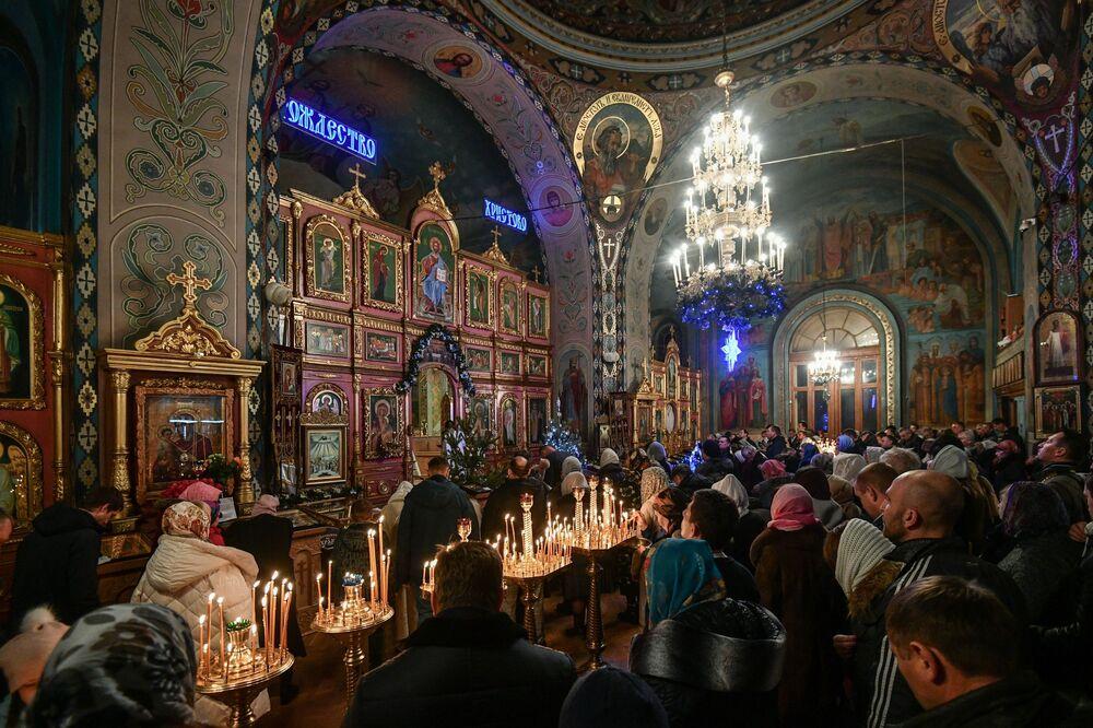 Věřící při vánoční bohoslužbě v jedné katedrále v Simferopolu