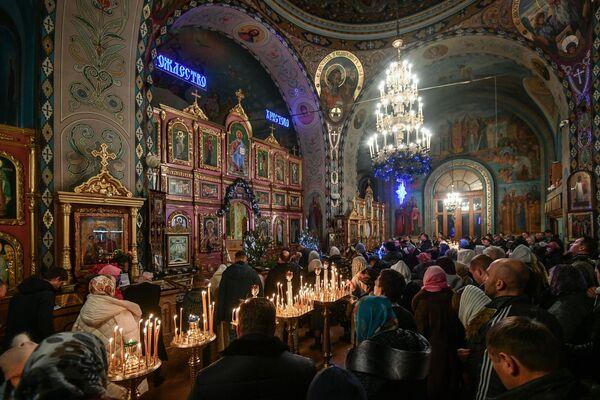 Věřící při vánoční bohoslužbě v jedné katedrále v Simferopolu - Sputnik Česká republika