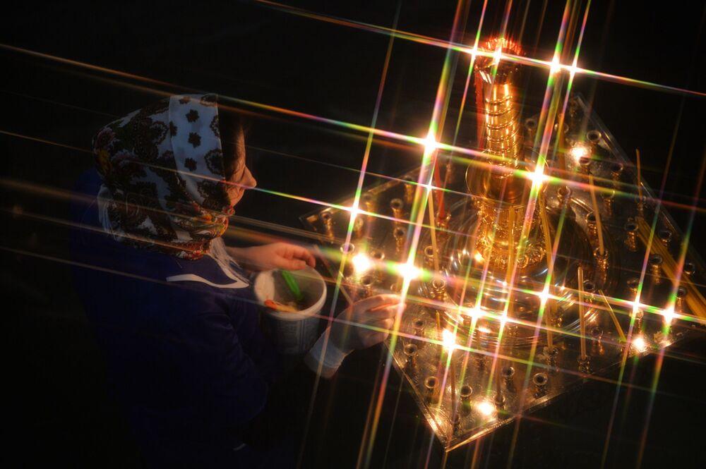 Věřící během vánoční bohoslužby v katedrále v Jekatěrinburgu