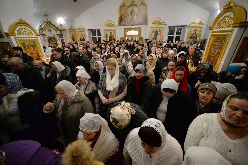 Věřící během vánoční bohoslužby v chrámu Panny Marie ve Vladivostoku