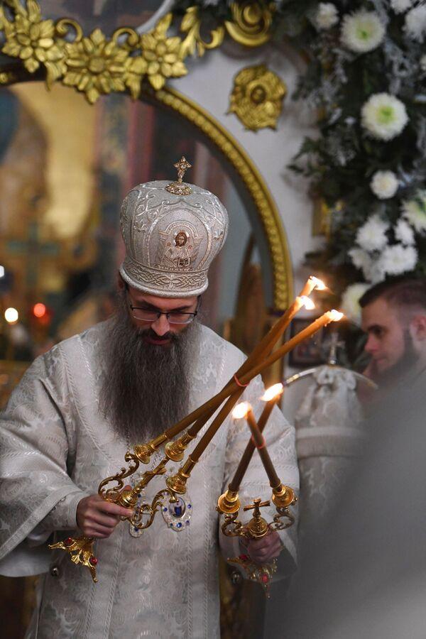 Opat chrámu Nanebevzetí Panny Marie, biskup Innocent, během vánoční bohoslužby ve Vladivostoku - Sputnik Česká republika