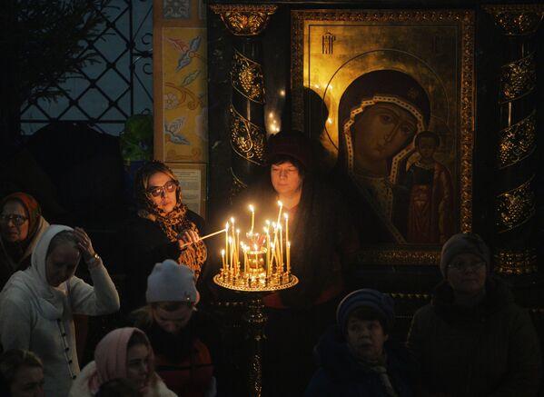 Věřící při vánoční bohoslužbě v katedrále v Jekatěrinburgu - Sputnik Česká republika