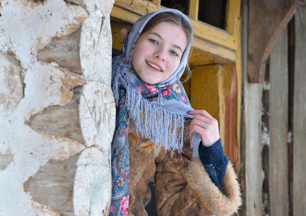 Dívka během koledy v kozácké vesnici Černorechye