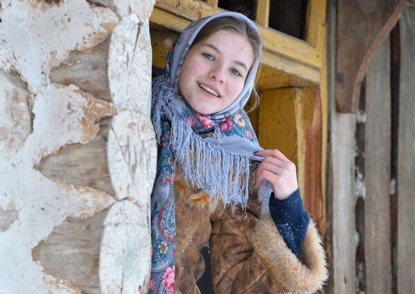Dívka během koledy v kozácké vesnici Černorechye - Sputnik Česká republika