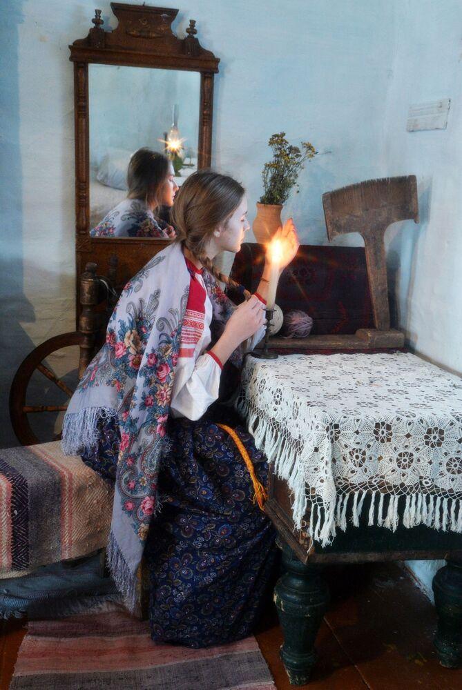 Dívka během věštby v kozácké vesnici Černorechye