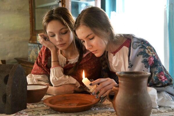 Dívky během věštby v kozácké vesnici Černorechye v Čeljabinské oblasti - Sputnik Česká republika