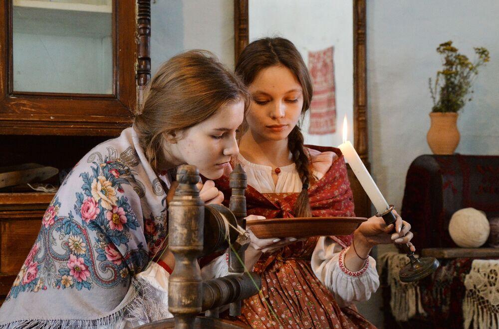 Dívky během věštby v kozácké vesnici Černorechye v Čeljabinské oblasti