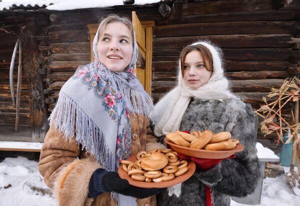 Dívky během svátků v kozácké vesnici Černorechye v Čeljabinské oblasti - Sputnik Česká republika