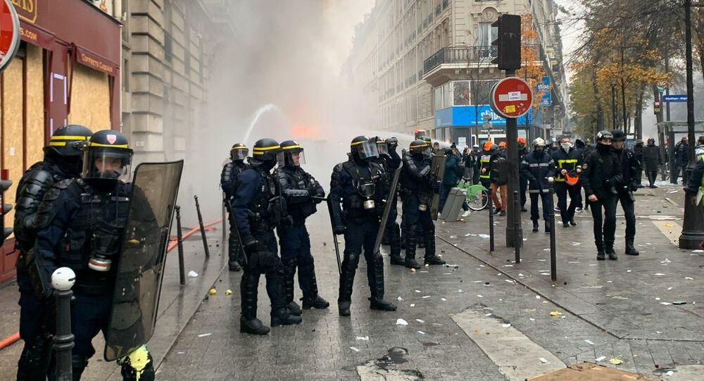 Během demonstrace v Paříži ve Francii. 5. prosince 2019