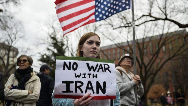 Účastníci protiválečného protestu před Bílým domem ve Washingtonu - Sputnik Česká republika