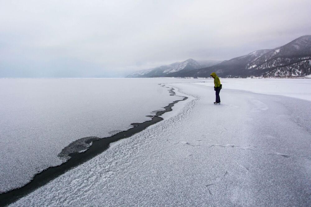 Dívka na jezeře Bajkal