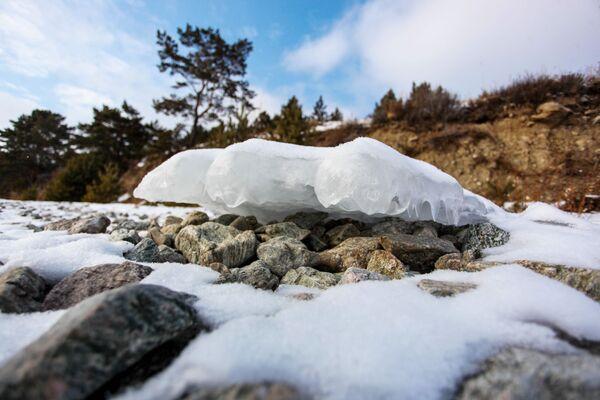 Led na břehu jezera Bajkal - Sputnik Česká republika