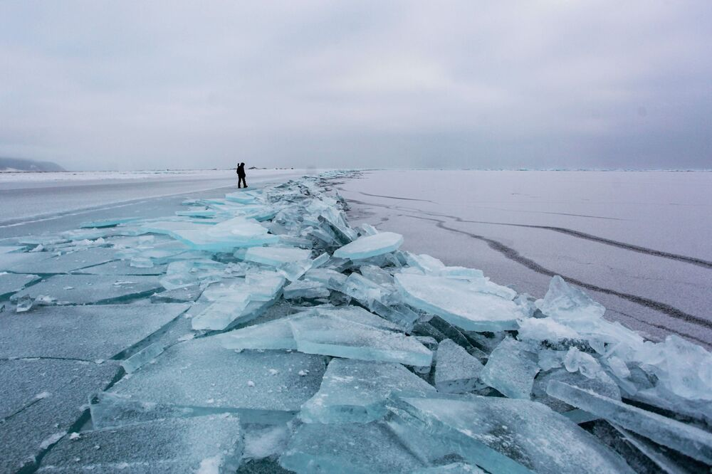 Led na břehu jezera Bajkal