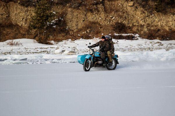 Místní jezdí na motorce po břehu jezera Bajkal - Sputnik Česká republika