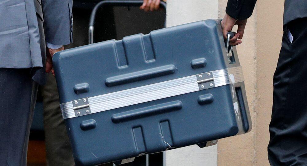 Kufr s černou skříňkou. Ilustrační foto